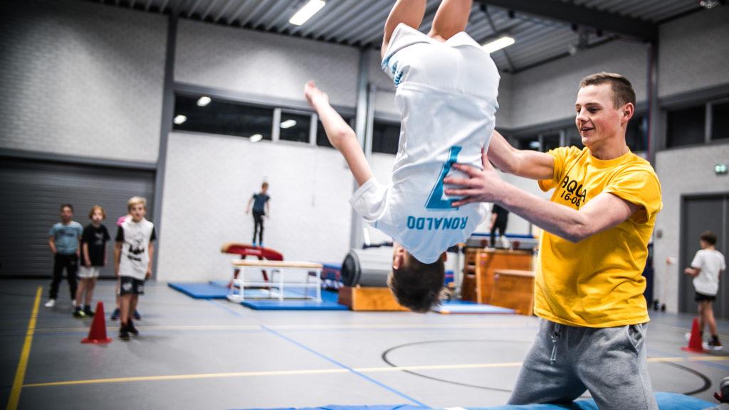 Jongen doet salto bij freerun lessen in Alphen