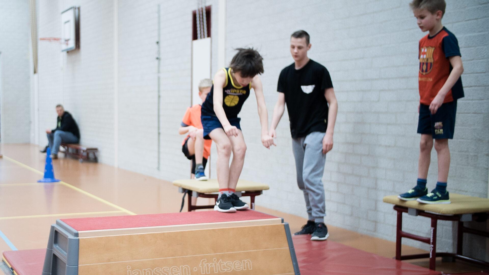 Leerling doet een sprong bij Freerun lessen in Tilburg