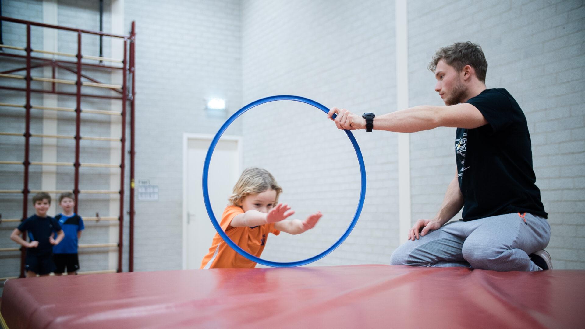 Trainer helpt kind bij Freerun lessen in Tilburg
