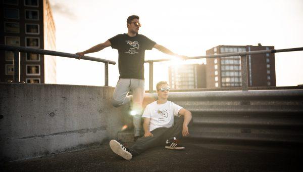 2 jongens met freerun kleding op een dak
